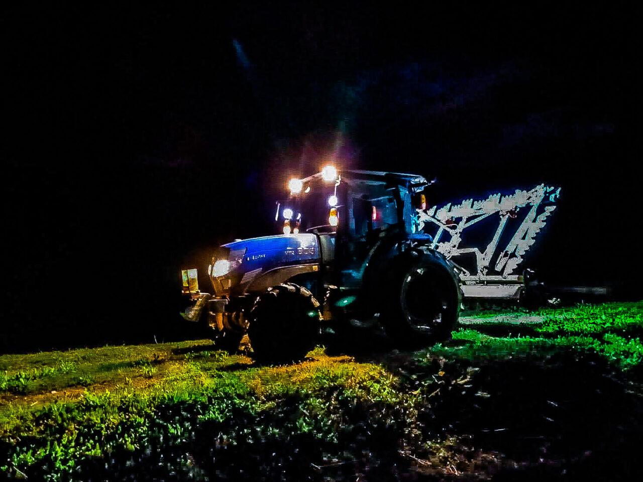 闇夜のトラクター